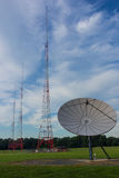 Große Satellitenschüssel mit drei Antennen lizenzfreies stockbild