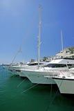 Große, schöne, erstaunliche und luxuriöse weiße Yachten Stockfoto