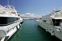 Große, schöne, erstaunliche und luxuriöse weiße Yachten Stockbild