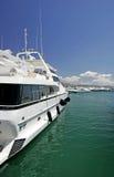 Große, schöne, erstaunliche und luxuriöse weiße Yachten Stockfotografie