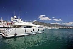 Große, schöne, erstaunliche und luxuriöse weiße Yachten Stockfotos