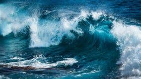 Große schöne Welle im Türkiswasser lizenzfreies stockfoto