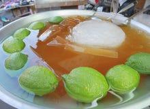 Große Schüssel Aiyu-Gelee auf Verkauf in Taipeh, Taiwan Aiyu-Gelee bekannt auf Taiwanesen Hokkien als ogio und als Eisgelee in Si lizenzfreie stockfotos