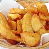 Große Schüssel Kartoffelchips gebraten Lizenzfreies Stockbild