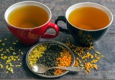 Große Schale heißer grüner Tee auf einem dunklen Hintergrund Duftender trockener Tee Stockbilder