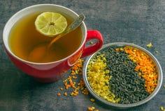 Große Schale heißer grüner Tee auf einem dunklen Hintergrund Duftender trockener Tee Stockbild