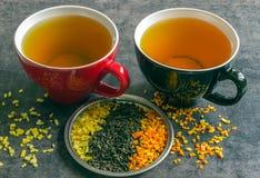 Große Schale heißer grüner Tee auf einem dunklen Hintergrund Duftender trockener Tee Lizenzfreie Stockfotografie