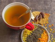 Große Schale heißer grüner Tee auf einem dunklen Hintergrund Duftender trockener Tee Lizenzfreie Stockbilder