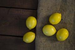 Große schauende Zitronenmalereien für Salate und Soßen in der Küche, natürliche organische Zitronenbilder des c-Vitaminspeichers, Stockfotos