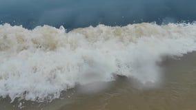Große schmutzige Welle auf stürmischem Himmel-Hintergrund stock video