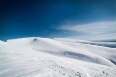 Große schneebedeckte Felder unter der Sonne Stockbilder