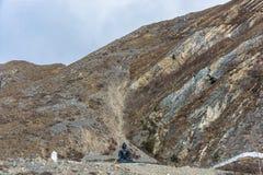 Große schwarze Buddha-Skulptur im Hintergrund der Berge, N Lizenzfreie Stockfotos