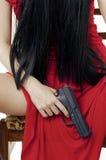 Große schwarze Gewehr in den womans übergeben Nahaufnahme Lizenzfreie Stockfotos