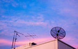 Große schwarze Satellitenschüssel auf dem Dach Lizenzfreies Stockfoto