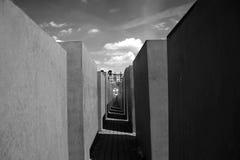 Große schwarze Steine des Kriegsdenkmals in Berlin Stockbild