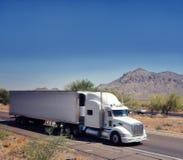 Große schwere Waren befördern den LKW, der durch A beschleunigt stockfotos