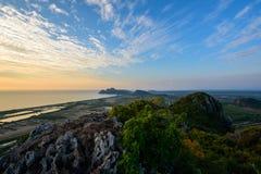 Große See- und Himmelansicht von der Spitze des Berges Stockfoto