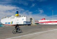 Große Seefähre am Pier Lizenzfreie Stockfotos