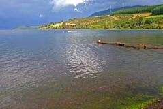 Große Seelandschaft und -regenbogen in Chile Lizenzfreies Stockfoto
