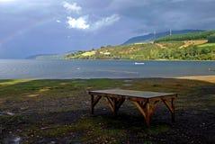 Große Seelandschaft und -regenbogen in Chile Lizenzfreie Stockfotografie
