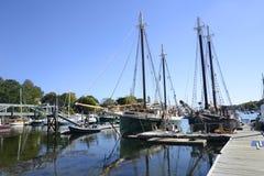Große Segelboote in Camden Harbor in Maine stockbild