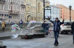 Große Seifenblasen im Stadtzentrum Stockbilder