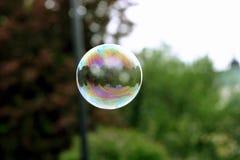 Große Seifenluftblase, die in die Luft schwimmt Stockfotos