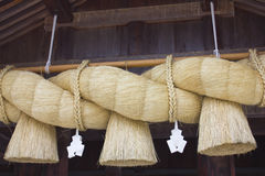 Große Seile, die vor Schrein hängen Stockbild