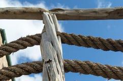 Große Seile, Steine und Wände und blauer Himmel Lizenzfreies Stockbild