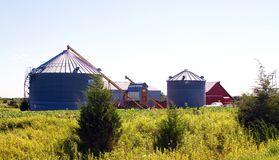 Große Silos und rote Scheune im Mittelwesten lizenzfreie stockfotos