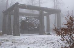 Große Skulptur im Nebel und im Schnee Lizenzfreies Stockfoto