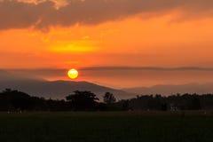 Große Sonne auf dem Berg Lizenzfreie Stockfotografie