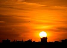 Große Sonne an der orange Stadtlinie Schattenbild des Sonnenuntergangs lizenzfreies stockbild