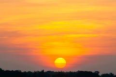 Große Sonne mit schönem Sommersonnenunterganghimmel für Hintergrund Stockbilder