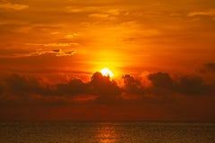 Große Sonne und Nebel im Sonnenaufgang, Weißabgleichorange auf Sonnenaufgang stockfotos