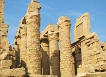 Große Spalten und Ruinen von Steinwänden in der alten Stadt von Luxor in Ägypten Stockfotos