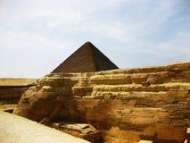 Große Sphinx und Pyramide in der Giza-Hochebene lizenzfreie stockfotos