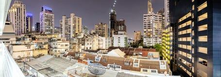 Große städtische Gemeinschaften, Häuser inmitten umgeben durch große hohe Gebäude stockfotos