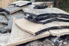 Große Stücke alter Asphalt während repaving arbeitet Stockbild