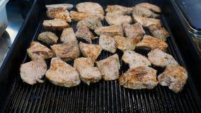Große Stücke frisches Rindfleischfleisch bereiteten sich auf eine Grillwanne vor stock footage