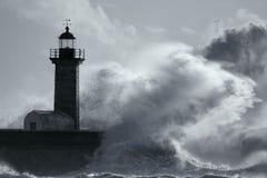 Große stürmische Welle über Leuchtturm stockbild