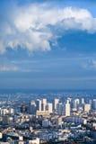 Große Stadt unter hohem blauem Himmel Stockbilder