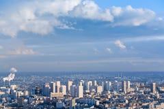 Große Stadt unter hohem blauem Himmel Stockfotos