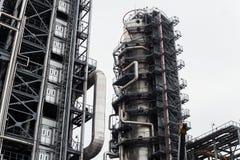 Große Stahlrohre und Metall, das das Öl, das Gas und das Öl fließt A Stockbilder