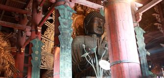 Große Statue von Vairocana Buddha gemacht von der Bronze im Hauptgebäude lizenzfreies stockfoto