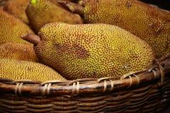 Große Steckfassungsfrucht mit großen Spitzen am Markt in Indien Stockbild