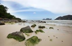 Große Steine auf dem tropischen Strand des Sandes Lizenzfreies Stockbild