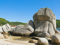 Große Steine auf Seeküste. Lizenzfreies Stockfoto