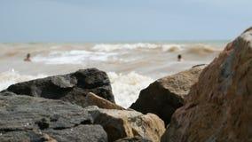 Große Steine auf Seestrandhintergrund des Seesturms mit schmutzigen Wellen stock video