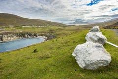 Große Steine entlang der Küste bei Achill, Co Mayo Lizenzfreie Stockfotos